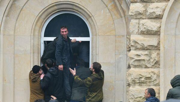 Протестующие штурмуют администрацию президента Абхазии - Sputnik Латвия