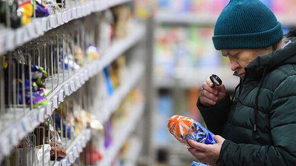Покупатель в магазине, архивное фото - Sputnik Latvija