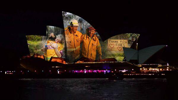 Сиднейская опера поблагодарила тех, кто сражался с огнем - Sputnik Латвия
