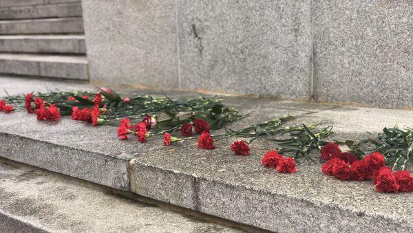 Красные гвоздики у подножия памятника на набережной Даугавы - Sputnik Латвия