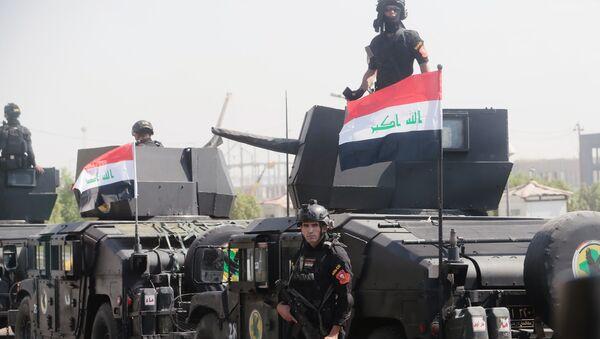 Бойцы спецподразделения по борьбе с терроризмом и военнослужащие на улице Багдада. - Sputnik Латвия
