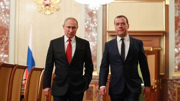 Президент РФ Владимир Путин и премьер-министр Дмитрий Медведев перед встречей с членами правительства, 15 января 2020 - Sputnik Latvija