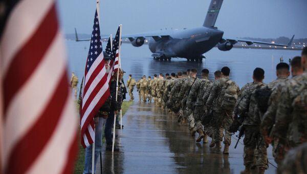 Солдаты США перед погрузкой на самолет - Sputnik Латвия
