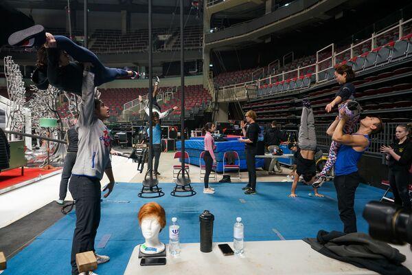Артисты цирка, среди которых немало профессиональных спортсменов мирового уровня, проводят разминку на фирменных синих коврах. - Sputnik Латвия