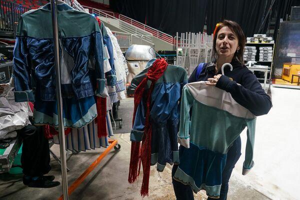 Перед каждым шоу сотрудницы костюмерного цеха освежают обувь и наряды. - Sputnik Латвия