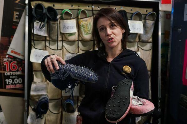 Руководительница PR-службы цирка Дженни Маллет демонстрирует обувь на шурупах – для повышенной устойчивости артистов на льду. - Sputnik Латвия