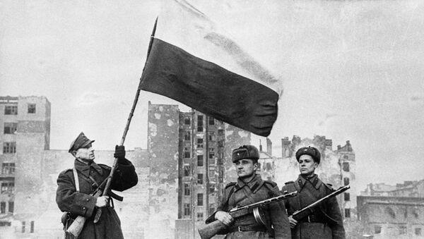 Варшавско-Познанская наступательная операция частей Красной Армии и Войска Польского .14—17 января 1945 г. Над Варшавой взвился польский национальный флаг. - Sputnik Латвия