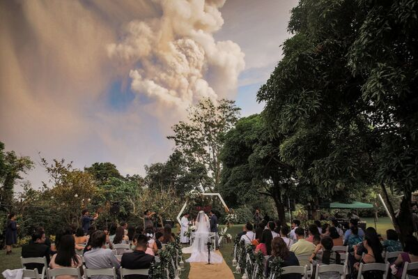 Свадебная церемония на фоне извержения вулкана Тааль на Филиппинах  - Sputnik Латвия