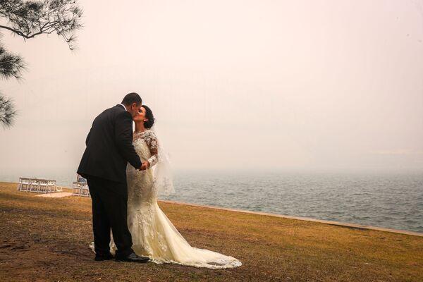 Свадебная церемония во время смога от природных пожаров в Сиднее - Sputnik Латвия