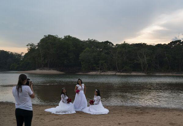 Бразильянка позирует для свадебного альбома со своими дочерьми на фоне пожара в  тропическом лесу Амазонки  - Sputnik Латвия