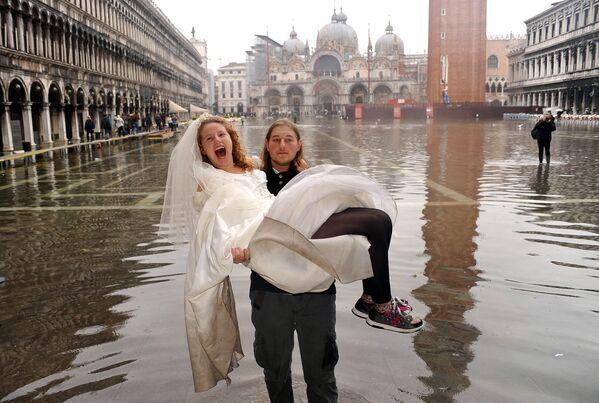 Жених с невестой на руках во время наводнения в Венеции  - Sputnik Латвия