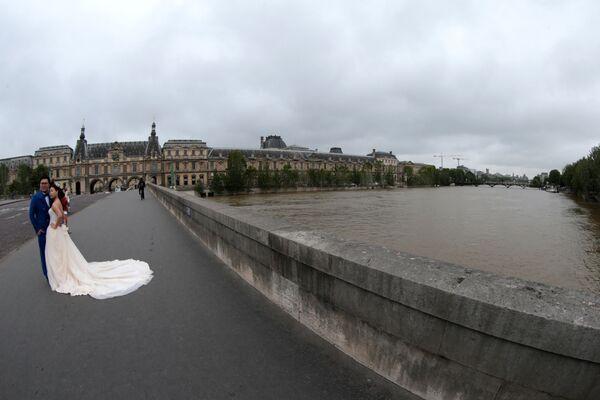 Молодожены на мосту в Париже - Sputnik Латвия