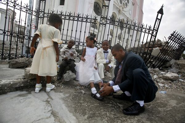 Подготовка к свадьбе в разрушенном храме после землетрясения на Гаити - Sputnik Латвия