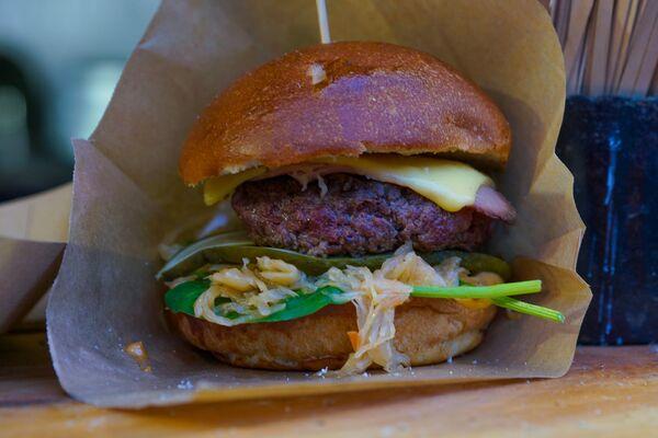 Гамбургер - один из главных атрибутов уличной еды на фестивале Street Food Festival в Риге. - Sputnik Латвия