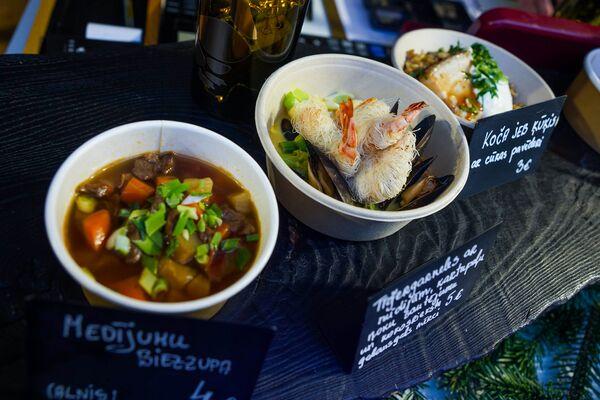 Благодаря небольшим порциям посетители Street Food Festival в Риге могут попробовать два или три блюда. - Sputnik Латвия