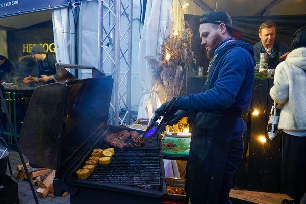 Во время проведения фестиваля Street Food Festival в Риге мясо и овощи готовят в основном на гриле. - Sputnik Латвия