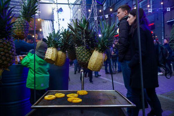 Ананас на гриле - редкий гость рижской уличной культуры питания. Но на Street Food Festival в Риге возможно все. - Sputnik Латвия