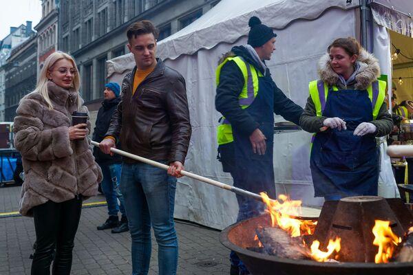 Каждый мог почувствовать себя поваром и пожарить себе блин на открытом огне во время Street Food Festival в Риге. - Sputnik Латвия