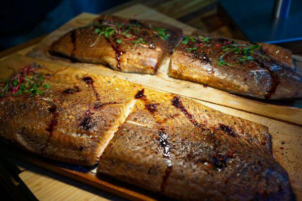 Копченый лосось с травами на фестивале уличной еды Street Food Festival в Риге. - Sputnik Латвия