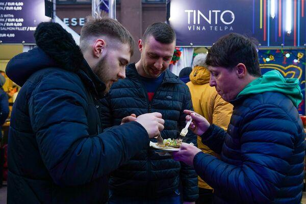 Посетители четвертого  четвертый фестиваля уличной еды Street Food Festival в Риге. - Sputnik Латвия