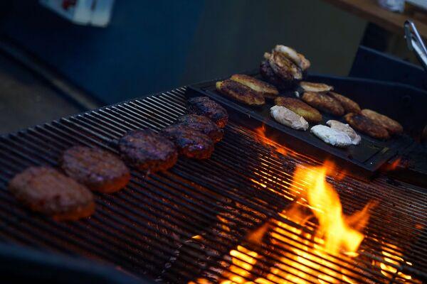 Вся пища на фестивале Street Food Festival в Риге готовится на открытом огне. - Sputnik Латвия