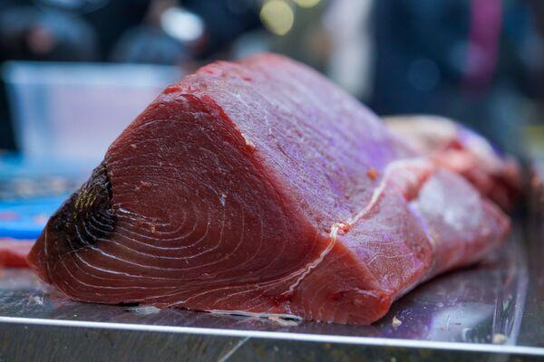 Повара с Центрального рынка специально для фестиваля уличной еды Street Food Festival в Риге разделали целого 70-килограммового тунца. - Sputnik Латвия
