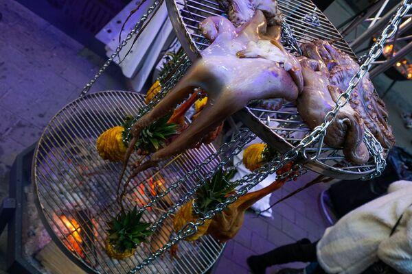 Свежие осьминоги ожидают своей участи над открытым огнем сезама на фестивале уличной еды Street Food Festival в Риге. - Sputnik Латвия