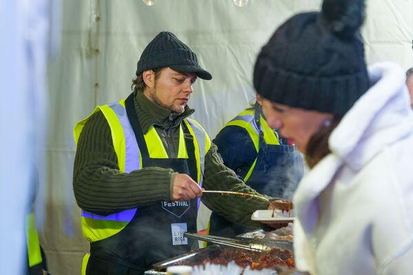 Шеф-повар ресторана Entresol Раймонд Зоммерс на  фестивале уличной еды Street Food Festival в Риге. - Sputnik Латвия