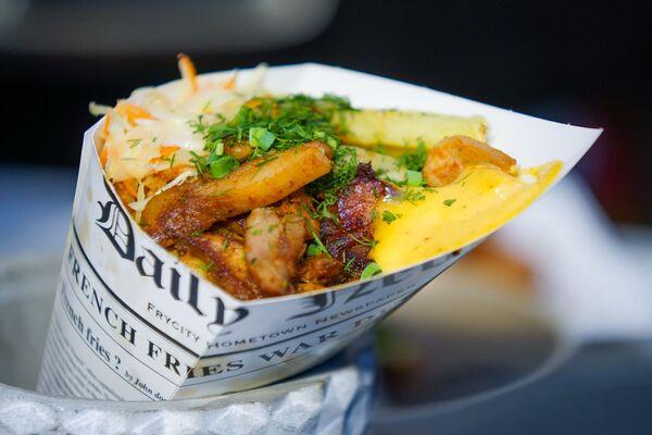 Картошка фри с соусом и салатом из капусты от семейного ресторана Hercogs на  фестивале уличной еды Street Food Festival в Риге. - Sputnik Латвия