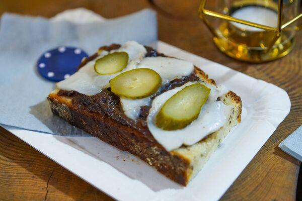 Хлеб, замешанный на пиве с салом, отличная закуска в холодную погоду. Фестиваль уличной еды Street Food Festival в Риге. - Sputnik Латвия