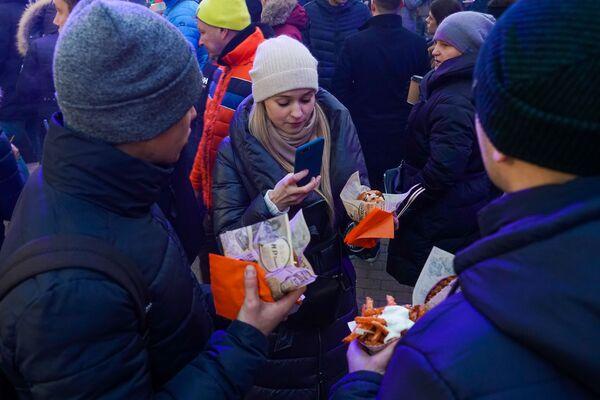 Количество фотографий еды на фестивале уличной еды Street Food Festival в Риге било все рекорды. - Sputnik Латвия
