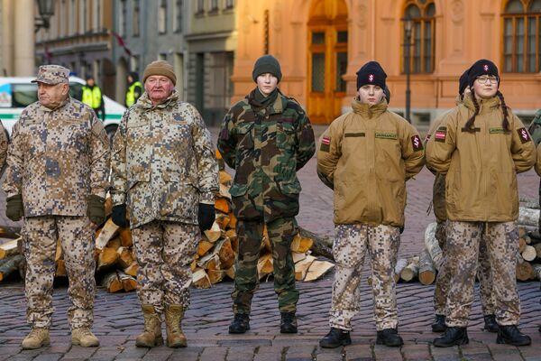 Мероприятие памяти баррикад 1991 года на Домской площади в Риге. Ветераны латвийской армии и яунсарги - Sputnik Латвия