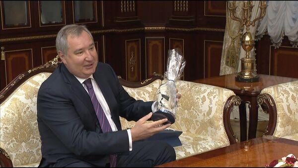 Глава Роскосмоса вручает президенту Беларуси космическую перчатку с орбиты - Sputnik Латвия