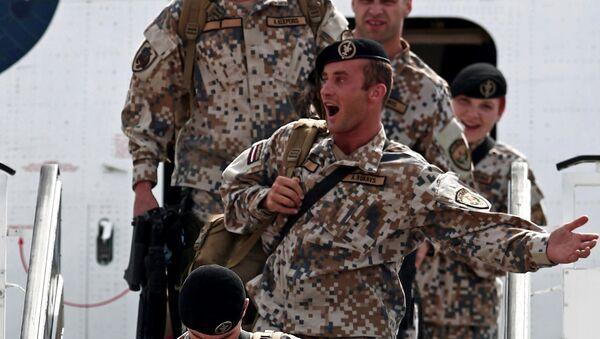 Латвийские солдаты в рижском аэропорту после возвращения из Ирака, 19 июня 2007 года - Sputnik Латвия