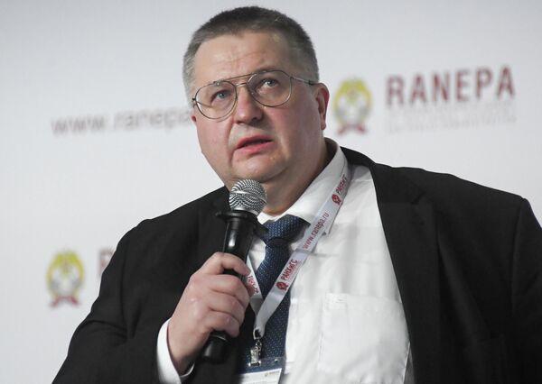 Заместитель руководителя Федеральной налоговой службы РФ Алексей Оверчук на XI Гайдаровском форуме в Москве - Sputnik Латвия