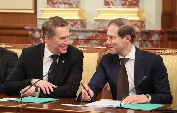 Министр здравоохранения РФ Михаил Мурашко (слева) и министр промышленности и торговли РФ Денис Мантуров - Sputnik Латвия