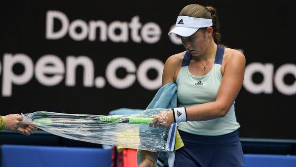 Елена Остапенко достает новую ракетку во время матча на Открытом чемпионате Австралии - Sputnik Латвия