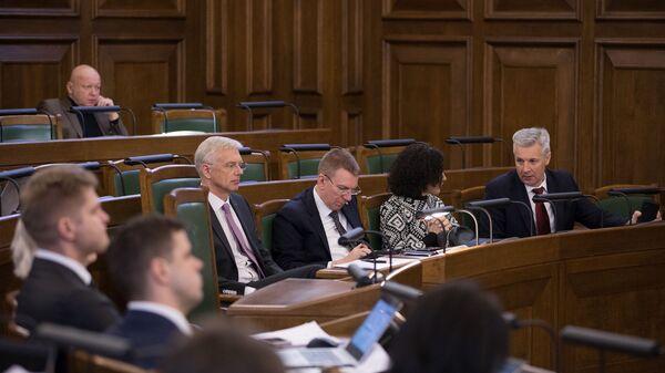 Члены правительства Кришьянис Кариньш, Эдгарс Ринкевичс, Илга Шуплинска и Артис Пабрикс в зале заседаний Сейма - Sputnik Latvija