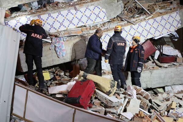 На месте обрушения здания в Элязыге, восточная Турция  - Sputnik Латвия