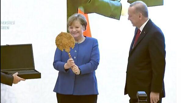 Что в черном ящике? Подарки, которые Эрдоган вручил Меркель - Sputnik Латвия