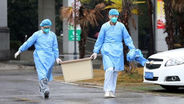 Медработники с коробкой у больницы в Ухане  - Sputnik Латвия