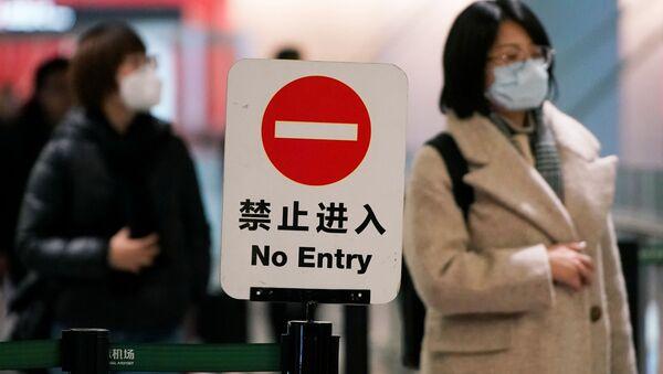 Пассажирка в маске в аэропорту Шанхая  - Sputnik Латвия
