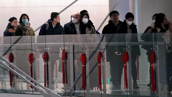 Пассажиры в масках в аэропорту Шанхая  - Sputnik Latvija
