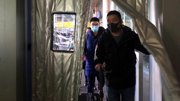 Люди в масках на вокзале Пекина  - Sputnik Latvija