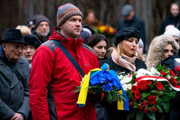 Памятное мероприятие на мемориале Бикерниеки, посвященное Международному дню памяти жертв Холокоста. Представитель посольства Украины и посол Польши на церемонии - Sputnik Латвия