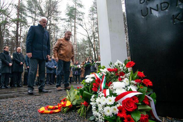 Памятное мероприятие на мемориале Бикерниеки, посвященное Международному дню памяти жертв Холокоста. Послы Беларуси России возложили цветы к мемориалу - Sputnik Латвия