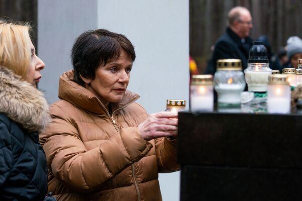Памятное мероприятие на мемориале Бикерниеки, посвященное Международному дню памяти жертв Холокоста. Посол Израиля в Латвии Орли Гил зажгла свечу памяти - Sputnik Латвия