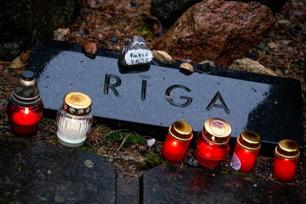 По всему мемориалу расположены таблички с названиями европейских городов – родных мест тех, кто убит в Бикерниекском лесу - Sputnik Латвия