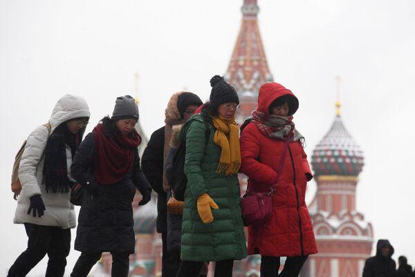 Иностранные туристы на Красной площади в Москве - Sputnik Латвия