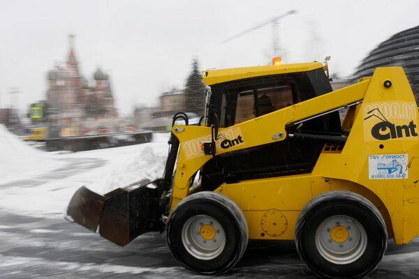 Снегоуборочная техника коммунальных служб во время уборки снега на территории природно-ландшафтного парка Зарядье в Москве - Sputnik Латвия